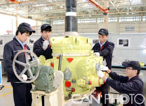图为中航工业东安职工拼抢直八系列主减速器。樊洋摄