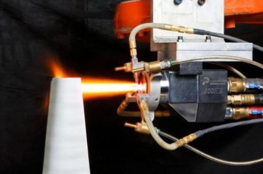 图1 涡扇发动机上需进行热喷涂涂层的典型部位   热喷涂的基本原理是用特种热源(燃烧火焰、电弧、等离子焰流、激光等)或一定温度的高温、高压、高速气体(冷气动力喷涂)将涂层材料熔化或半熔化,或将固态粒子加速至数倍声速,高速度喷射并牢固粘结在零件基体表面,形成设定组织性能的连续涂层。   燃烧火焰喷涂,可以喷涂塑料、金属、合金、氧化铝陶瓷等多种粉末和丝材,现代飞机树脂基复合材料部件表面防静电抗雷击涂层即为火焰喷涂铝涂层。   电弧喷涂,热效率高、生产率高、喷涂成本低,广泛用于钢铁结构表面锌、铝及锌铝合金