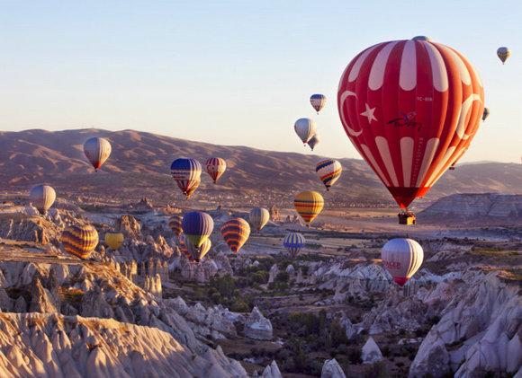 土耳其乘坐热气球 空中鸟瞰奇异熔岩地貌