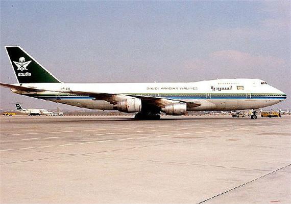 """图为沙特阿拉伯航空一架与失事飞机相似的波音-747。   3、空中撞机:印度""""11·12""""空难   时间:1996年11月12日,死亡人数:349人,飞机:波音-747客机、伊尔-76货机。   1996年11月12日,一架从哈萨克斯坦起飞的伊尔-76货机飞至印度首都新德里附近上空时,与一架沙特阿拉伯航空公司波音-747-168B客机迎面相撞。伊尔-76左机翼削开波音-747-168B机身后半部和机尾,并使其立刻解体。两架飞机坠毁后,349名乘客全部死亡。事后,"""