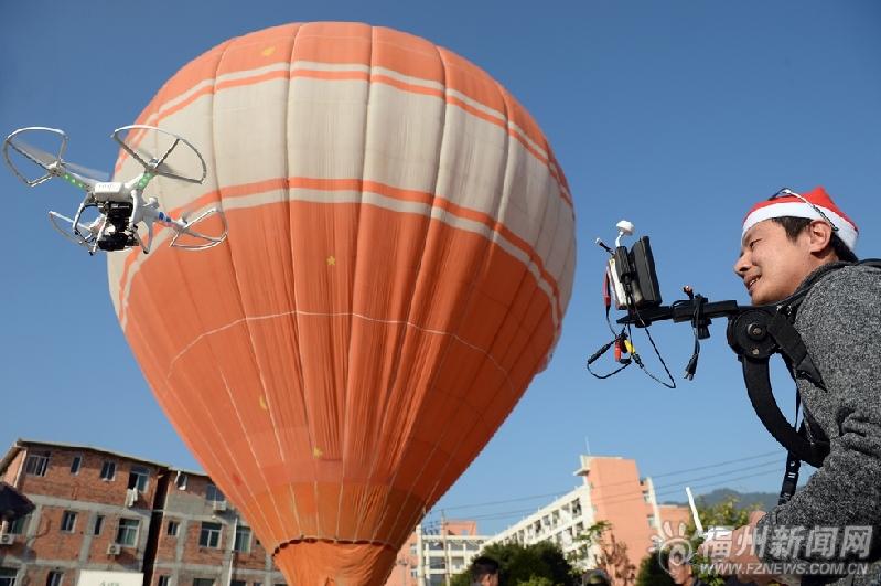 福州热气球集体婚礼如梦如幻 新人试乘直呼刺激