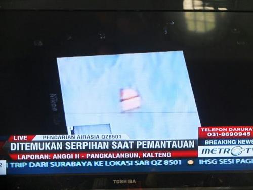 印尼官员展示的疑似失联客机相关物体。