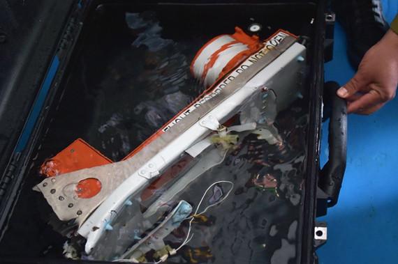 飞机失事后,为了确定飞机失事地点和黑匣子坠落位置
