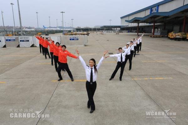 波音777飞机货舱里跳热舞迎新春
