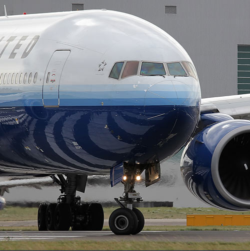 联合航空公司的波音777客机-美国华裔女私带儿子回中国 FBI出动拦