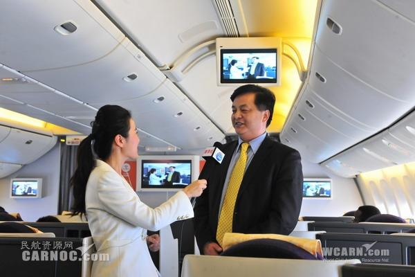 图:新华社记者机上直播   背景材料   自2010年以来,国航一直引领中国民航在机上网络业务方面的创新和改革,积极探索符合广大中国旅客互联网需求的空中旅行服务方式,致力于在机上网络的技术和经营服务领域与国际一流航空公司保持竞争优势。2011年,国航首架机上无线局域网航班首航,为旅客提供了机舱内丰富的娱乐内容WiFi网络,这次首航结束了国内旅客航空飞行无网络的历史,迈出了空中网络的第一步。2013年,国航通过国际海事卫星通信,在国内首家提供了机上互联网航班服务,中国民航局局长李家祥通过国航官方微博在