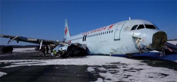 """出事后冲出跑道的A320客机   机场发言人彼得·斯伯威告诉法新社记者,""""飞机艰难降落后滑出跑道"""",事件发生后,机场两条跑道暂时关闭。23名伤员随后被送往医院接受治疗,所幸伤势不严重。斯伯威说,事发时机场突然停电,随后备用发电机启动,跑道被重新照亮。""""我们的确断了电,但暂时无法确定两起事件之间是否有关联""""。   针对媒体关于客机在降落时机翼被电线缠绕的报道,斯伯威没有予以证实,只说加拿大运输安全委员会将介入调查以查明原因。   英国广播公司先"""