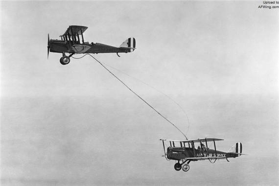 """当年晚些时候,两名陆航中尉——约翰•里卡特和洛威尔•史密斯在加州南部上空凭借空中加油驾驶德•哈威兰德DH-4B飞了37小时,航程超过5150公里   大约五年后空中加油技术开始继续发展。1929年的元旦,一架绰号为""""问号""""(因为没人能确定该机能飞多久)的福克C-2型三发机开始了创记录飞行。第一次空中加油是在玫瑰碗体育场上空进行的,佐治亚理工学院正在对阵加州大学,比分8比7。两架道格拉斯C-1双翼机作为加油机让"""""""