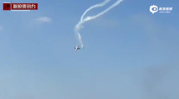实拍:意大利航展两飞机相撞 机身翻滚坠海