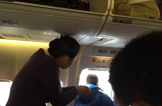 """资料图:厦航MF8453由杭州飞往成都的航班,机上安全门被一名""""想开窗透气""""的旅客打开。   在2015年4月21日郑州国际机场南航的飞机上,在飞机起飞前,郑州一小伙因为好奇打开了应急舱门,导致飞机延误2小时,这位小伙儿被拘留。自2014年12月以来,国内已经发生6起类似事件。这些人都是在飞机起飞前或降落后的地面时间段""""好奇""""探秘般的那么伸手一掰,门开了!"""