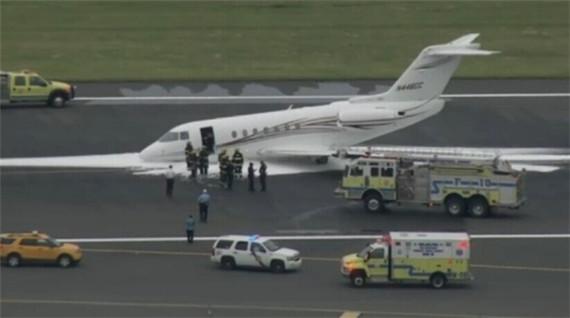 图1:6月4日晚间,一架豪客飞机前起落架故障,在费城国际机场安全降落。图:@Joe Sullivan   据美国全国广播公司报道,6月4日晚间一架前起落架故障的小型飞机在费城国际机场重着陆。   这架豪客4000私人飞机属于位于卡尔斯巴德(Carlsbad)的D&TC公司,晚间19:30在机场重着陆。   在飞机停下来之后,紧急救援人员迅速包围了飞机,并在其周围喷洒防火泡沫作为预防。目前还不清楚前起落架故障的原因。   消防人员透露,机上的五名乘客和机组人员均能够自行下机。