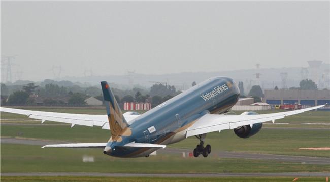 波音787-9媲美战机 航展首日再次垂直起飞