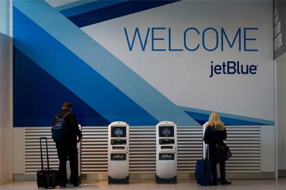 """图:捷蓝乘客在肯尼迪国际机场自助终端设备上办理值机。   据《华尔街日报》报道,6月30日,美国捷蓝航空公司推出了新的机票价格结构,对预订捷蓝最低价格机票的客户的首件托运行李最低收费20美元。这一举措使得捷蓝的竞争对手西南航空成为唯一一家提供免费行李托运服务的主要航企。   长期以来,捷蓝一直坚持允许客户至少免费托运一件行李。捷蓝的此次变革举措是其去年11月在一次投资者活动日上公布的关于机票价格选项调整计划的一部分。   捷蓝表示,客户在线预订或通过自助终端设备预订捷蓝最便宜的""""Blue&r"""