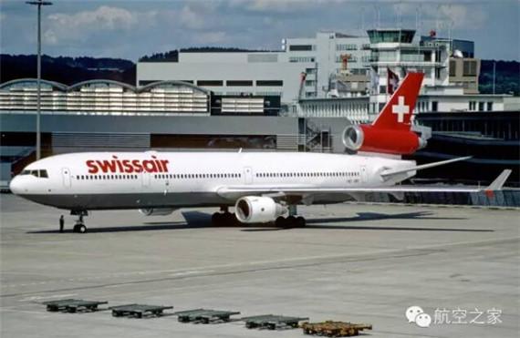 图1、失事的HB-IWF在苏黎世,摄于1998年7月14日   2015年7月26日凌晨,深航ZH9648号航班一男子在客机上纵火未遂,这场事故也为我国的航空安全敲响了一记警钟,机场安检的疏忽成为众矢之的。火灾对于飞行安全而言永远都是心头大患,让我们将历史的时钟拨回1999年,看看夺命的电弧如何引发的火灾从而酿成了致命航空事故。   瑞士航空111号班机空难是一宗于1998年9月2日凌晨发生在加拿大哈利法克斯机场附近海域的空难事件。失事班机是一架隶属于瑞士航空,编号HB-IWF的MD-11三发宽体客机,