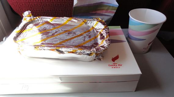 资料图:国内航空公司加热的飞机餐食   晨报讯 民航局于近日下发紧急通知,要求进一步加强客舱安全工作,严格规定飞机在起飞和下降阶段不应再为旅客提供餐食服务。这意味着2小时航程以内的部分航线的经济舱可能将由之前向旅客提供热食改为仅提供点心盒。   8月11日,海航HU7148航班在下降到4200米左右高度时遇强气流颠簸,部分旅客、机组人员颠簸中受伤。   根据国际航协统计,在非致命的飞行事故中,空中颠簸是旅客和乘务员受伤的最大原因,特别是晴空颠簸。所谓晴空颠簸,是因为晴空中的气流不一致,风向风速存在差异导