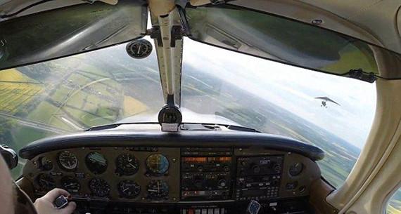 """""""驾驶员赶忙降低飞机飞行高度,在距离这架微型飞机30英尺(约9米)的"""