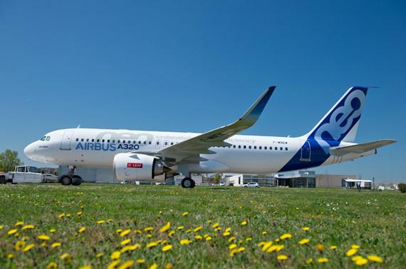 资料图片:空客A320 NEO   春秋航空12月3日晚间披露,公司当日与空客签订《飞机购买协议》,购买60架空客A320 NEO系列飞机,空客公司将于2019年至2023年交付上述飞机。   根据空客近期公开市场平均报价,前述60架飞机的合计约为63亿美元。实际交易中,空客公司以贷项备忘录的形式给予春秋航空较大的价格优惠,因此本次交易的实际对价低于前述价格。本次交易所涉资金来源为自有资金、银行贷款或其他融资工具所筹资金。   春秋航空称,此举将有效提升公司运力水平,以公司截至2014年12月31日的可