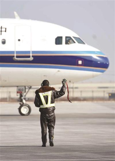 飞机放行后,机务员向飞行员挥手告别