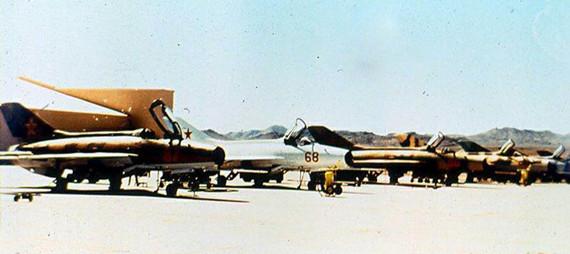 """从1977年至1988年,4477""""红鹰""""测试和评估中队的总部就驻扎在内华达沙漠内的内利斯空军基地,在包括托诺帕试验靶场在内的多个机场扮演苏联空军部队与来自美国空军、海军和陆战队的飞行员进行模拟对抗训练,极大地提高了飞行员的作战水平。   Constant Peg项目属于美国军方的高度机密,而关于""""红鹰""""中队的信息更是保密的重点。美国空军将""""红鹰""""中队的驻地与秘密研制中的F-117隐身战斗机的放到了 一起,并建设了秘密跑道供所属"""