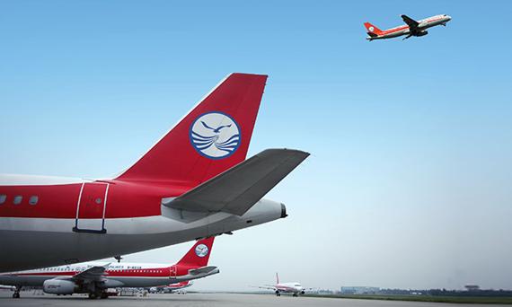 资料图片:四川航空机队   复兴航空与四川航空共同宣布,今(15)日起在松山重庆航线上开启代码共享(code sharing)合作。在此合作架构下,每周往返共达10个航班,班次更密集,搭乘时间选择性更多,将有助于扩大对台商之服务,共同经营与发展商务客市场。四川航空也是复兴航空继厦门航空、深圳航空后,第三家签署代码共享协议的大陆航空公司。   四川航空目前在台的机场地面勤务作业,交由复兴航空代理,同时,复兴航空集团旗下的复兴空厨也为四川航空提供机上餐点服务,双方互动交流早有默契,也促成此次代码共享协议的合