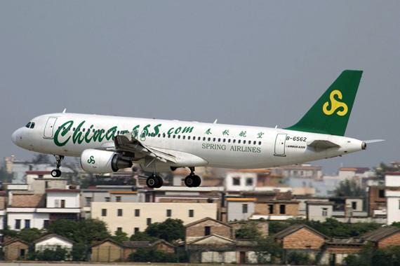 """资料图片:春秋航空空客A320飞机   据彭博社报道,春秋航空公司向空中客车公司传递了一个消息:生产更多的飞机,因为中国需要它们。   2月23日春秋航空副总裁王先生(Stephen Wang)在新加坡接受采访时表示:""""空客生产飞机的速度不够快。中国没有运力过剩的问题。对于中国航空业而言,至少还有10年的黄金时间,这就是10年的大增长。""""   去年12月春秋航空订购了60架空客A320飞机。春秋航空表示,其需要比订单更多的飞机,因为中国市场需求不断增长,而未来二十年预计中国将成为"""