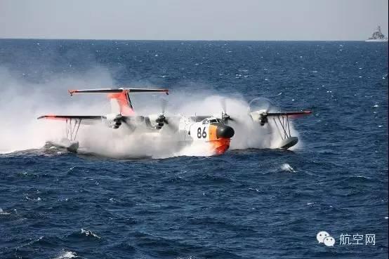 """日本研发的水上飞机   我国海军在组建之初,将空、潜、快作为首要发展的兵力,因此出于海上巡逻及护卫重要海军基地及交通线的需要,从苏联引进了6架别-6型水上飞机,并在青岛组建水上飞机独立第一大队。别-6最大航程4900公里,最大续航时间16小时,翼下4个挂架可挂鱼雷、水雷、深水炸弹和炸弹,这样的装备对于当时的我国海军来说是""""大杀器""""了,担负着反潜巡逻、远程预警乃至海上救援、临时性的运输任务等。   随着装备技术发展,到了60年代别-6性能上的局限性日渐显现,单就海上巡逻、反潜预警而"""