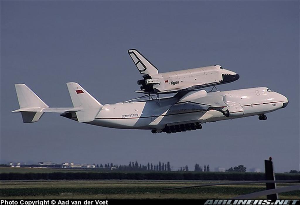 """驮运""""暴风雪""""号航天飞机的安-225运输机"""