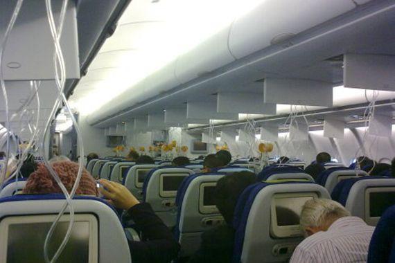 乘客戴氧气罩紧急降落