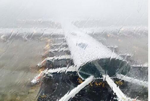 """台风""""妮妲""""来袭,深圳机场停机坪空荡荡,没有一架飞机。网友供图"""