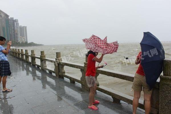 2日10时30分,珠海情侣南路海边风大浪急,现场仍有少数市民在拍照留恋。再次提醒,海边风大浪急,切勿前往海边玩耍。
