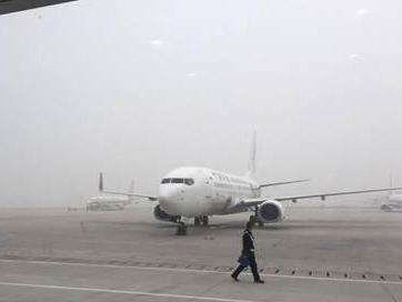 北京南苑机场因大雾停运 大批旅客滞留