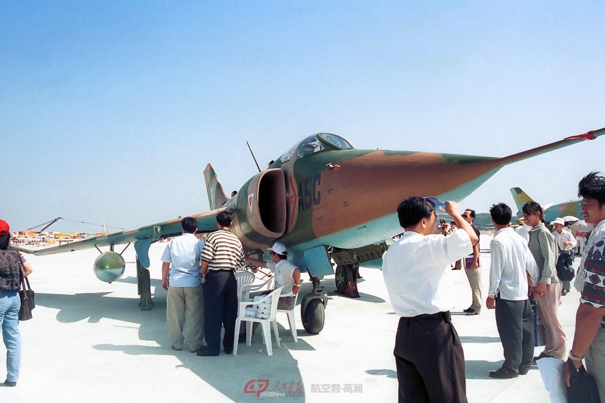 展示中的中国Q-5C强击机。第一届珠海航展还没有将飞机围起来隔离观众的概念