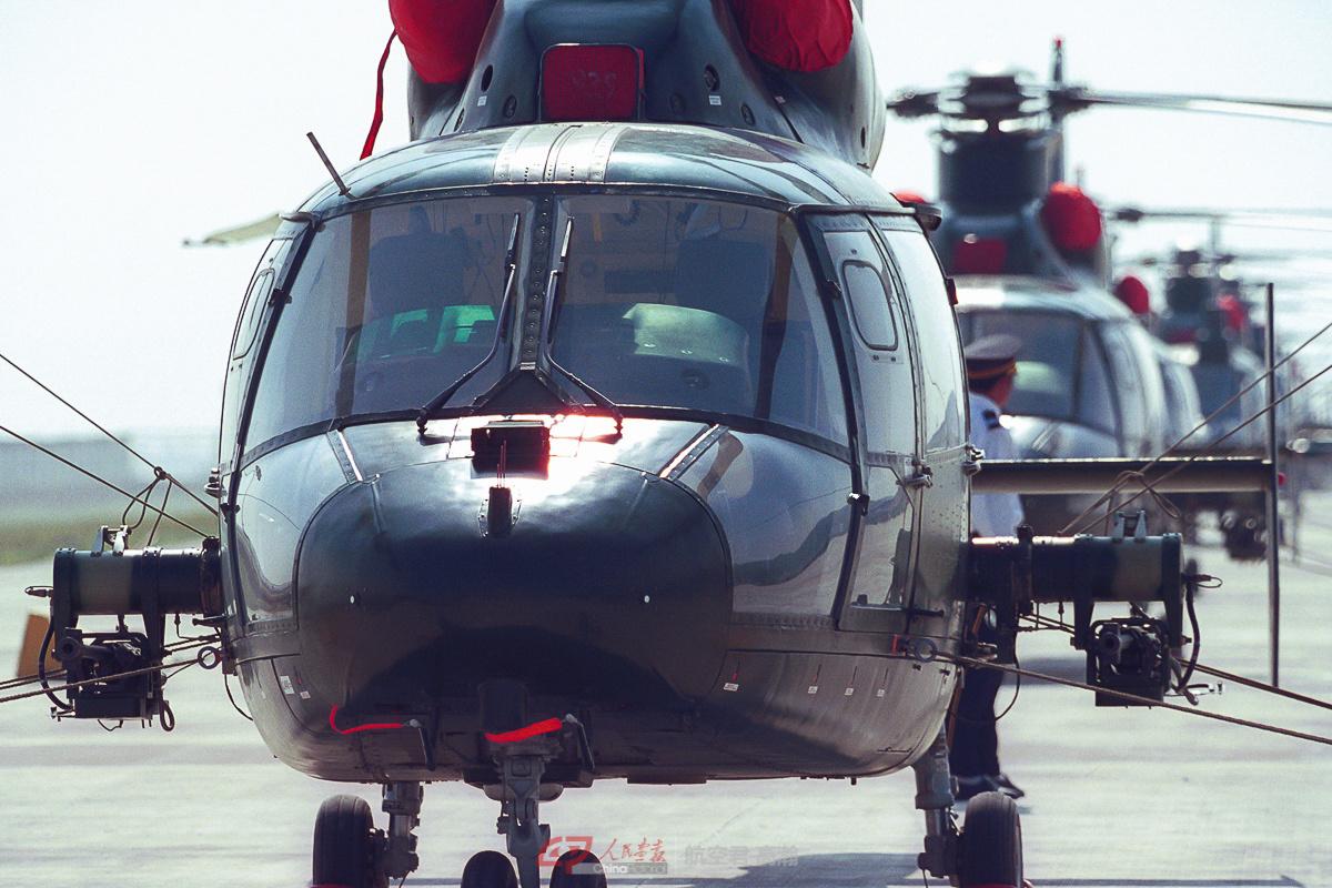 参加过国庆五十周年阅兵的由Z-9组成的解放军陆航表演队早早抵达航展现场