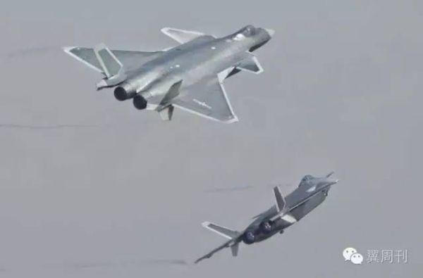 两架歼-20通场后,向左右两个方向飞去,左转僚机直接飞走,右转掌机做了一个8字机动后返回基地。@白龙