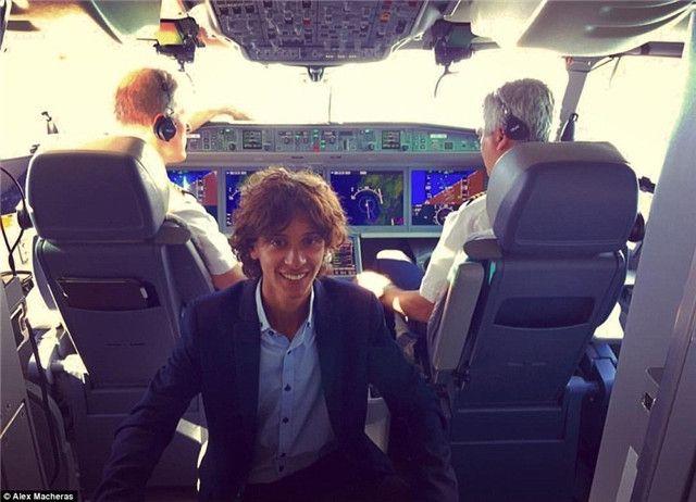 马切拉斯在飞机驾驶舱内