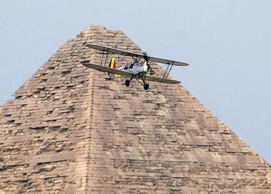 80年来首次!男子驾古董飞机降落埃及金字塔旁