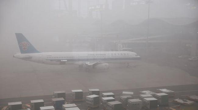 乌鲁木齐机场遭冻雾 飞机在机场