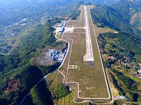 航拍广西河池机场 宛若群山中不沉的