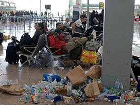 西班牙巴塞罗那机场清洁工罢工 垃圾遍地