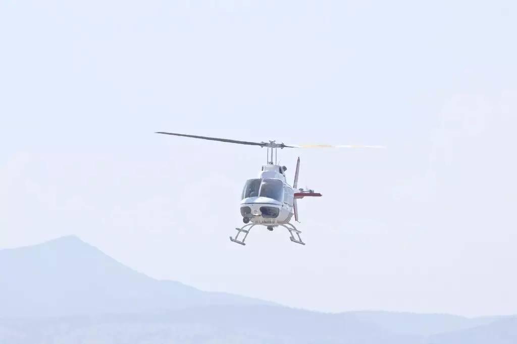 进入尾桨涡环状态后,直升机状态一般会出现以下变化:   1、机头自动向某侧持续偏转,并且偏转角速度持续增大;   2、向机头偏转侧滚转;   3、强烈振动;   4、掉高度。   尾桨涡环状态容易被误认为成尾桨机械故障,一旦出现误判,除了会给飞行员造成巨大的心理压力外,可能还会使飞行员采取错误的处置措施。其实两者最大的区别在于尾桨机械故障往往会出现声音较大的异响,且对应的警告灯也会亮起,而尾桨涡环状态则没有这些现象,一定要注意两者的区别。   尾桨涡环状态的预防