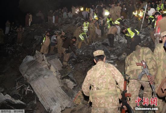 巴基斯坦国际航空公司一架客机当地时间12月7日下午在该国北部赫韦利扬地区坠毁。图为飞机失事地现场。